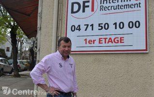 Frédéric Debard devant l'agence DFI Intérim & Recrutement, Place de Paris, Brioude